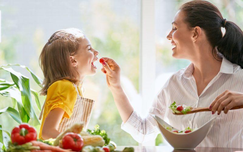 happy-family-in-the-kitchen-6HKGA4Z